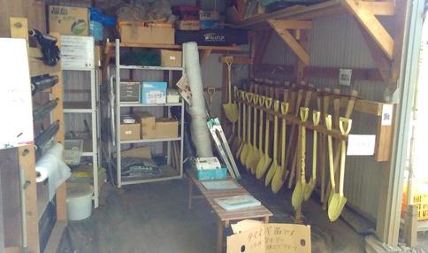 必要な農具はすべて小屋に揃っています