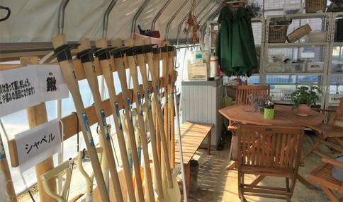 小屋の中には道具がそろっています