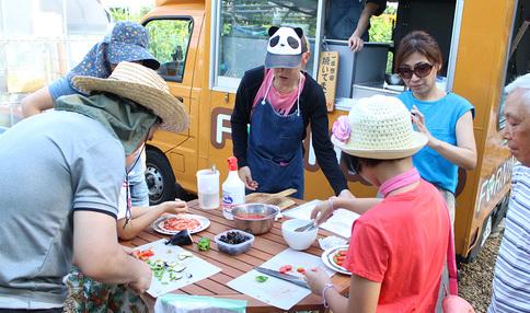 イベントの様子、みんなで野菜を囲みます
